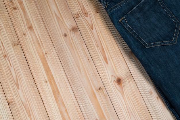 Jeans desfiado ou coleção jeans denim em madeira áspera