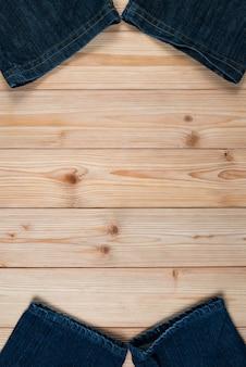 Jeans desfiado ou jeans azul denim em madeira áspera