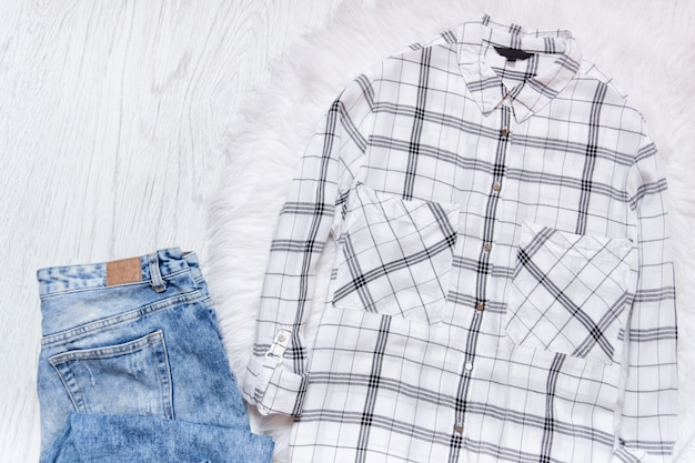 Jeans e camisa quadriculada branca. conceito elegante