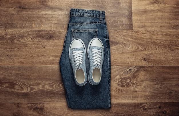 Jeans e tênis estilosos no chão. vista do topo
