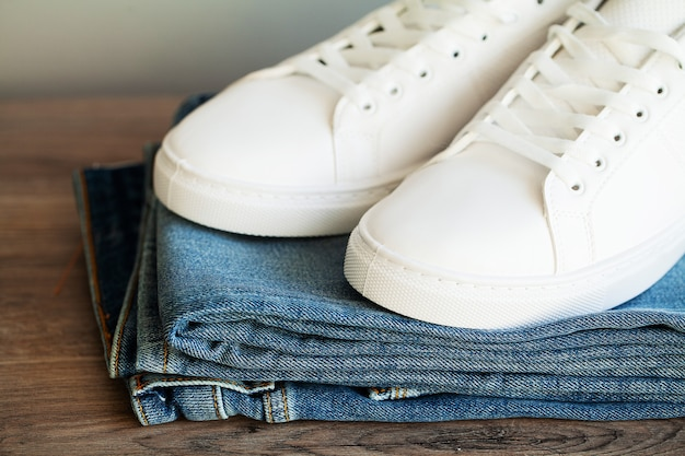 Jeans e tênis na prateleira da loja.