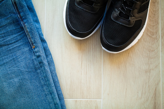 Jeans e tênis pretos na prateleira da loja