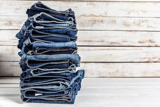 Jeans em fundo de madeira