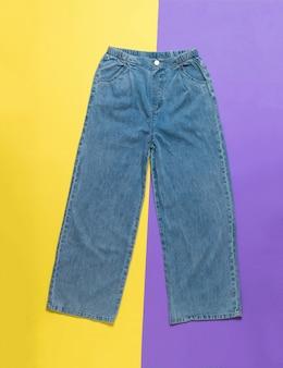 Jeans femininos largos e elegantes de verão em uma superfície de dois tons