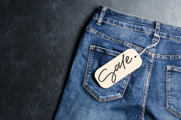 Jeans. jeans azul. venda - inscrição manuscrita em uma etiqueta de papel.