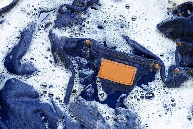 Jeans molhado, mergulhe e lave a roupa.