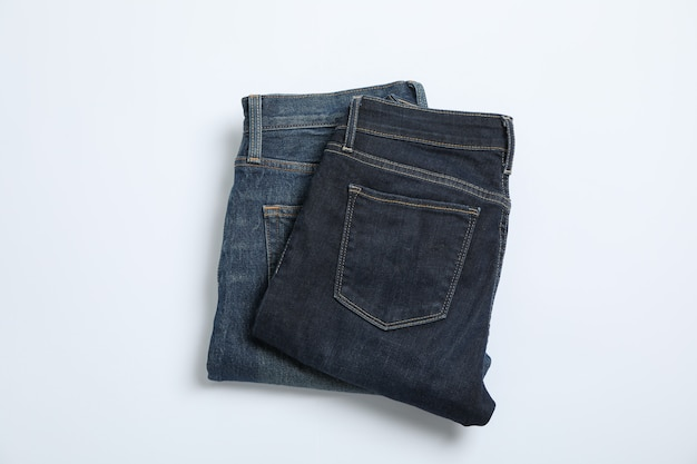 Jeans na mesa branca