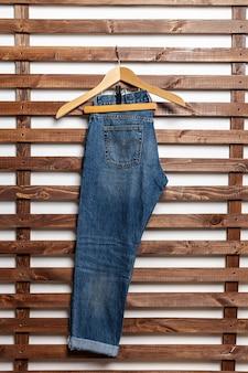 Jeans na parede de madeira
