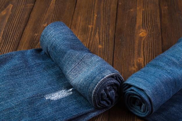 Jeans roll frayed ou coleção jeans denim em madeira escura áspera
