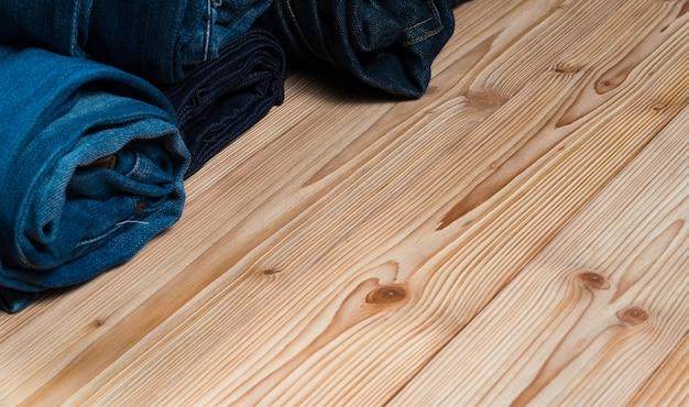 Jeans roll frayed ou coleção jeans denim em madeira