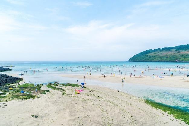 Jeju, coreia - 9 de julho de 2017: turista enjoied no mar na praia do hamdeok