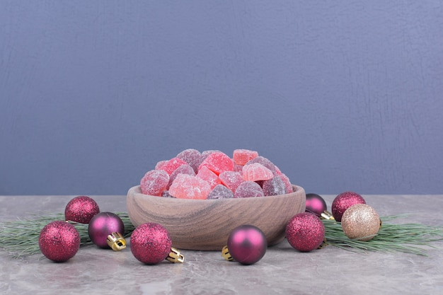Jellybeans isoladas em uma bandeja de madeira na superfície de mármore