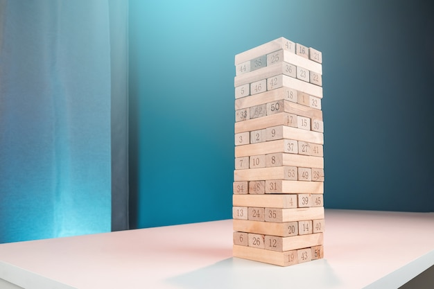 Jenga jogo de coluna. o conceito de hipoteca, riscos de investimento, crise econômica, instabilidade econômica