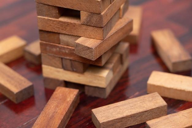 Jenga um jogo de pilha de blocos de madeira no chão