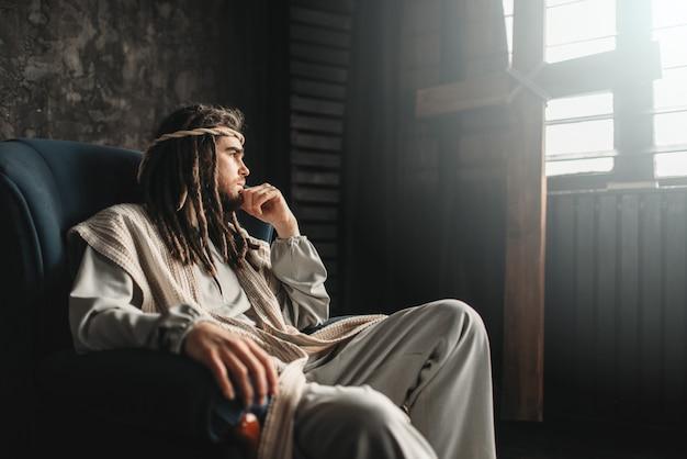 Jesus cristo atencioso sentado em uma cadeira