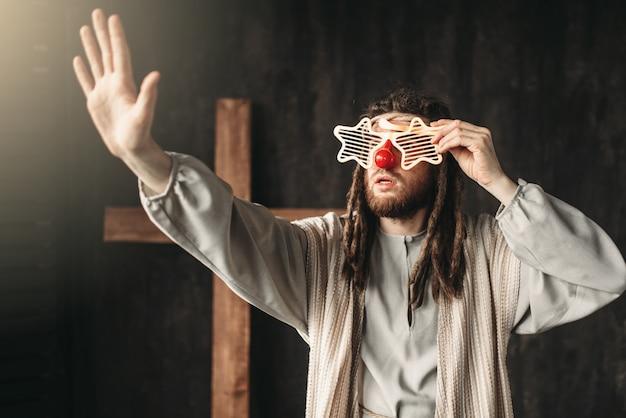 Jesus cristo em copos de festa estendendo a mão, cruz da crucificação no preto