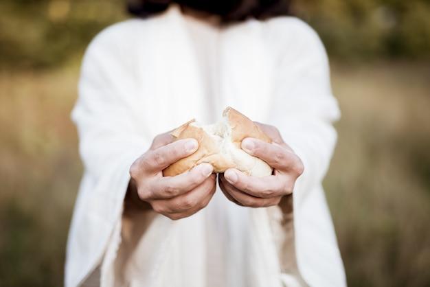 Jesus cristo partindo o pão