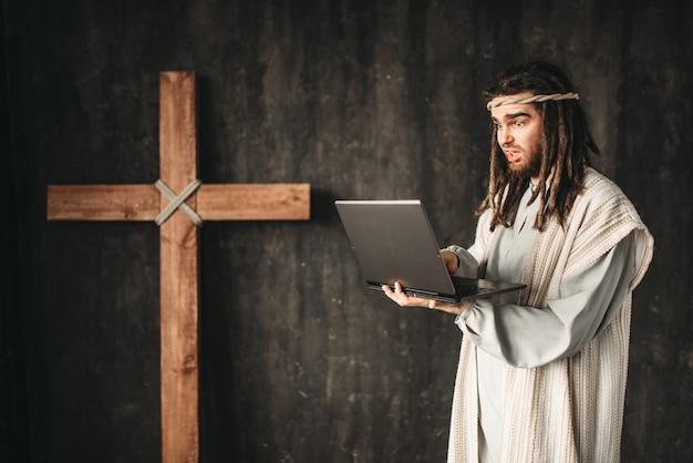 Jesus cristo usa laptop, cruz de crucificação em preto