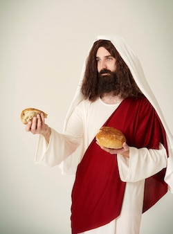 Jesus dividiu o pão em pedaços