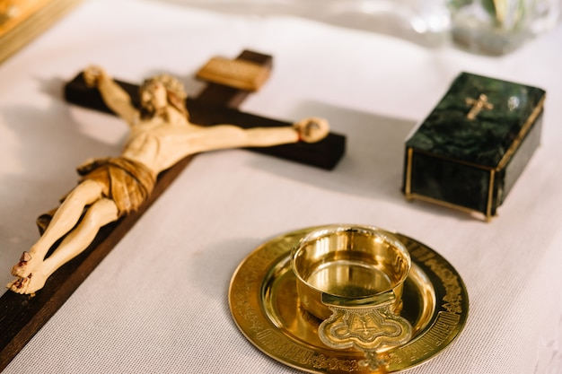 Jesus na cruz com madeira