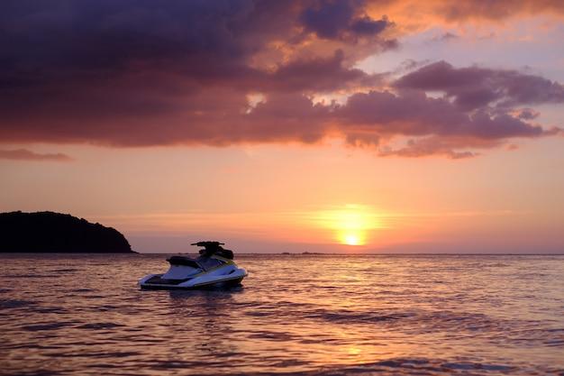 Jet ski no mar ao pôr do sol em langkawi, malásia