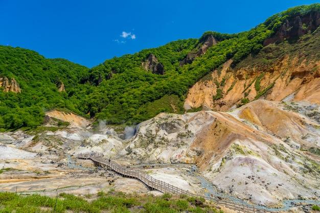 Jigokudani vale e céu azul no verão, noboribetsu, hokkaido, japão