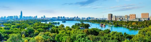 Jinan daming lake park e o horizonte da cidade