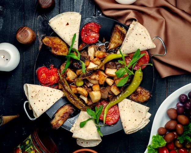 Jiz-biz saj com beringela assada, tomate, pimenta e pão sírio