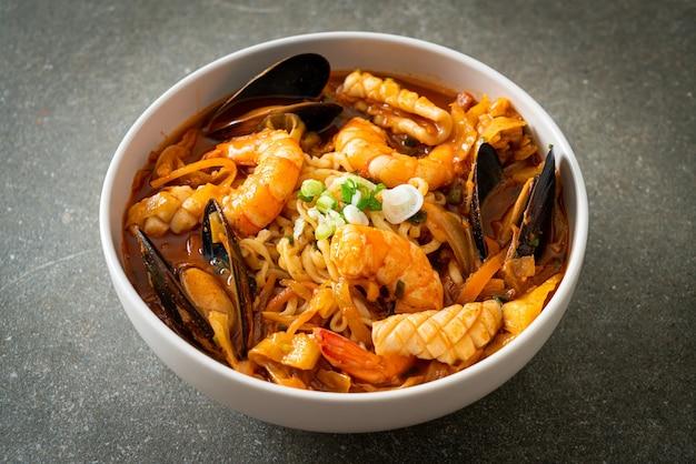 Jjamppong - sopa de macarrão de frutos do mar coreana - estilo de comida coreana