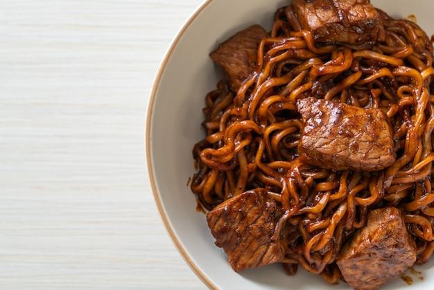 Jjapaguri ou chapaguri, macarrão picante de feijão preto coreano com carne - estilo de comida coreana