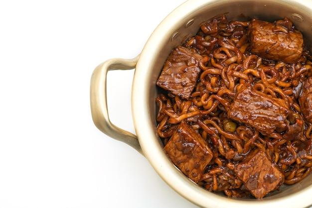 Jjapaguri ou chapaguri, macarrão picante de feijão preto coreano com carne isolada
