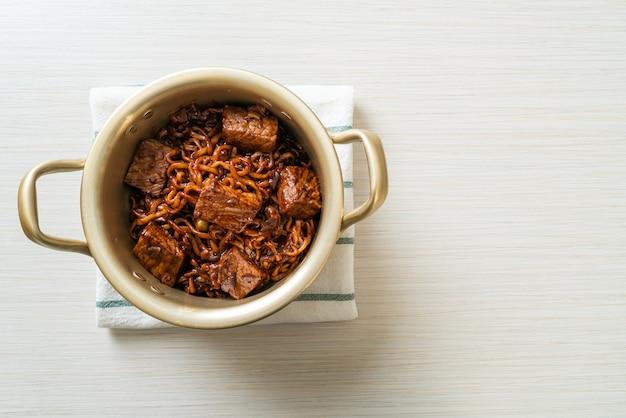 Jjapaguri ou chapaguri, macarrão picante de feijão preto coreano com carne