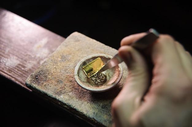 Joalheiro derrete metal para jóias
