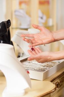 Joalheiro feminino apresentando jóias
