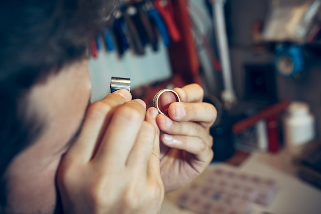 Joalheiro no trabalho em jóias.