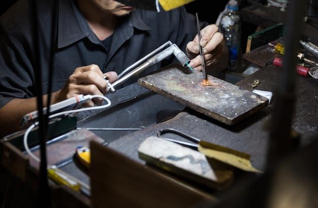 Joalheiro tailandês fazendo jóias