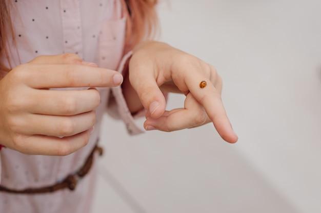 Joaninha nas mãos de uma adolescente. conceito ecológico. foto de close-up
