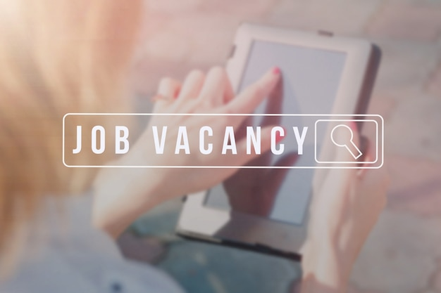 Job search no smartphone móvel, conceito de carreira de recrutamento de recursos humanos.