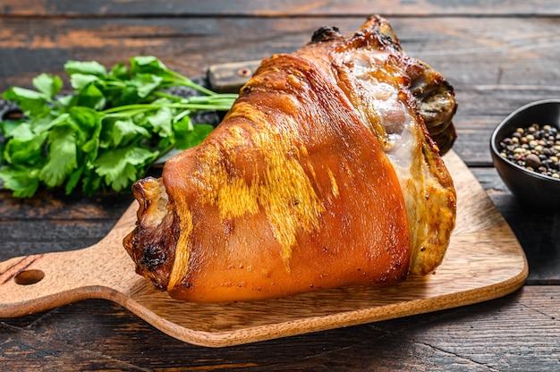 Joelho de porco assado com pimenta e especiarias