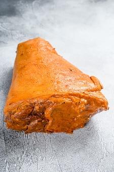 Joelho de porco marinado cru