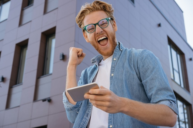 Jogador animado ganhe dinheiro celebração sucesso conceito de apostas esportivas