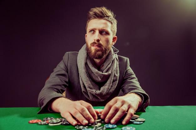 Jogador barbudo na mesa pocker