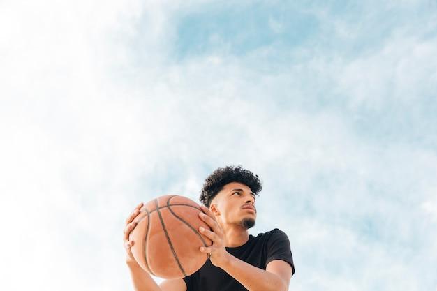 Jogador basquetebol, com, bola, olhando