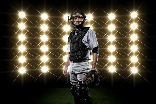 Jogador catcher na frente das luzes.
