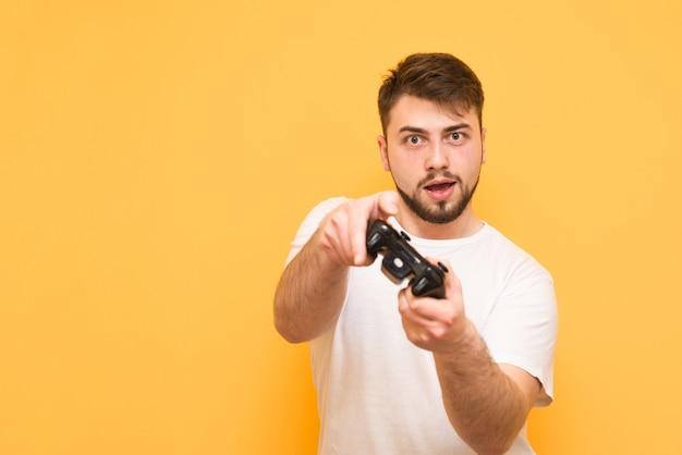 Jogador com um gamepad na mão jogando videogame no console