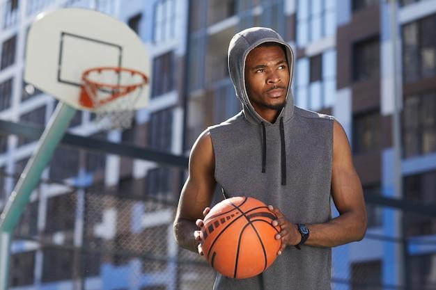 Jogador de basquete afro-americano posando em tribunal