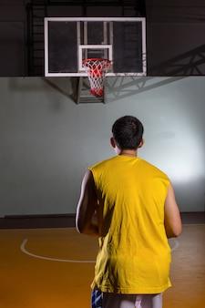 Jogador de basquete atirando para esporte de jogo de competição no estádio.