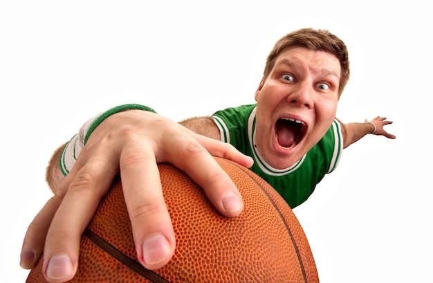 Jogador de basquete bizarro atirando bola para a cesta