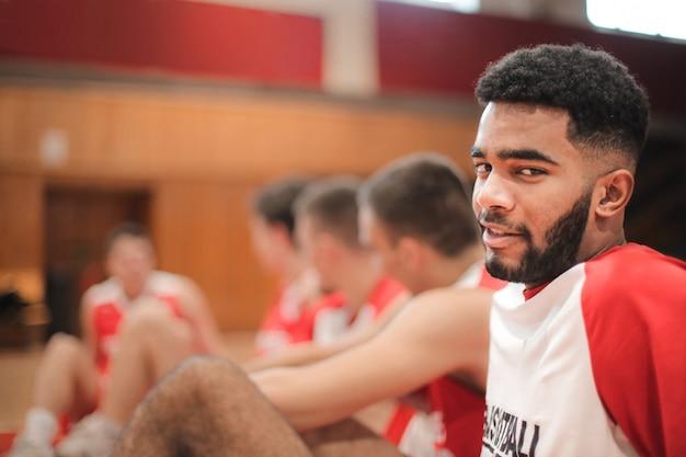 Jogador de basquete bonito em um freio