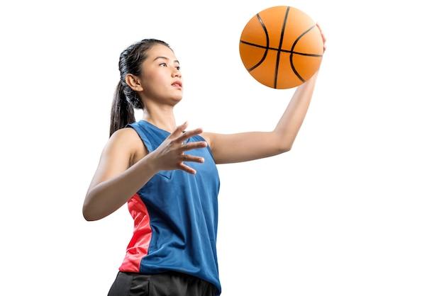 Jogador de basquete de mulher asiática, segurando a bola